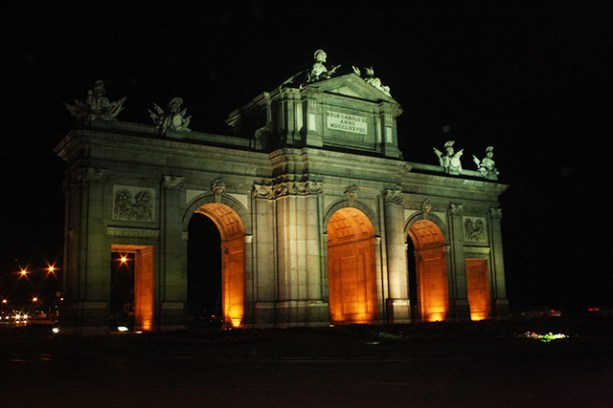 Puerta Alcalá Madrid iluminada noche