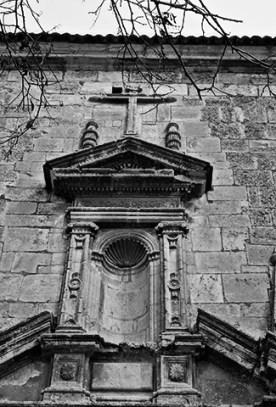 Fachada iglesia relieves Alarcón blanco y negro