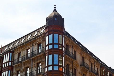 Esquina torre cristalera arquitectura neoclásica barrio Abando Bilbao