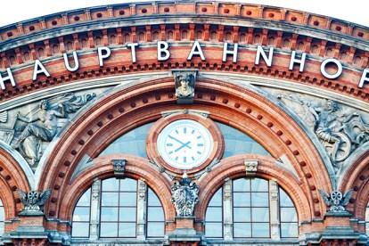 Detalle reloj esculturas relieves estación trenes Bremen Alemania