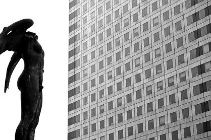 Ángel alas mirando rascacielos La Défense Paris blanco y negro