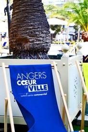 Silla azul descanso turistas centro histórico Angers