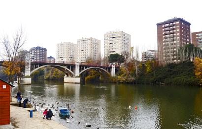 Panorámica río Pisuerga puente Poniente barcos visitantes