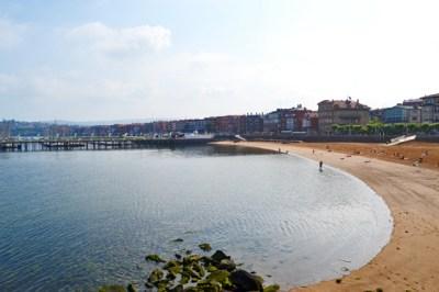 Playa orilla arena edificio Getxo Bizkaia