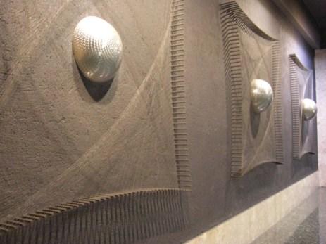 Esculturas esferas luz pared modernismo metro Barcelona