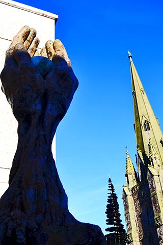 Escultura manos tocándose St Martin in the Bull Birmingham