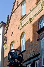 Fachada antigua farmacia histórica escudo heráldico Oldenburg