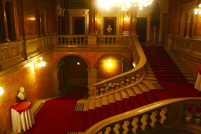 Escalinata entrada alfombra Ópera Budapest