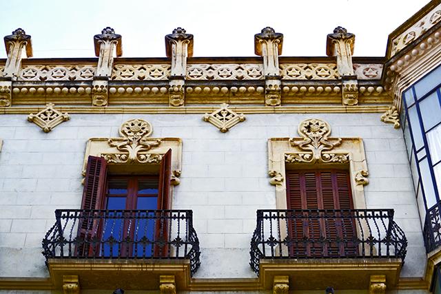 Balconades emmarcades i motllures horitzontals a la Casa Munne