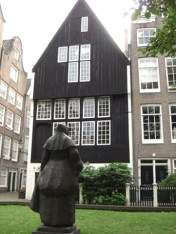 Escultura monja patio Begijnhof Amsterdam