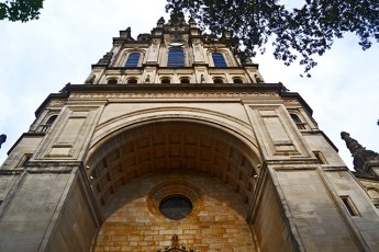 Begonya zaindari Vizcaya Basilika gotikoan bikaina jaso du gurekin Dolaretxe auzoan