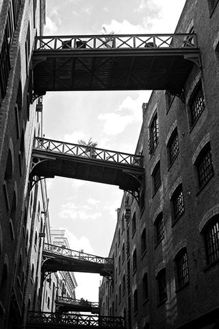 Escaleras entre edificios Southwark Bankside Londres