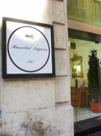 Entrada tienda Hannibal Laguna alta costura calle Castaños Alicante