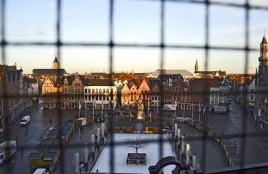 Vistas rejas Plaza Mayor torre campanario Brujas