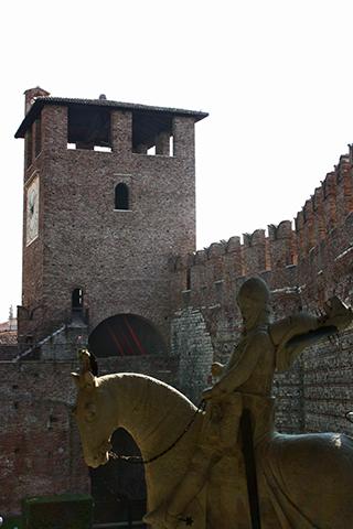Escultura caballo torre defensa Cangrande Castelvecchio Verona