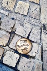 Escudo metal bronce suelo piedra calle medieval Orleans
