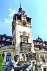 Torre elevada entrada Castelul Peles