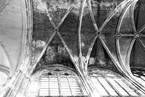 Bóveda arco ojival Basílica Saint-Martin Tours blanco y negro