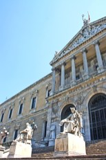 Esculturas fachada Real Academia Española Lengua Madrid