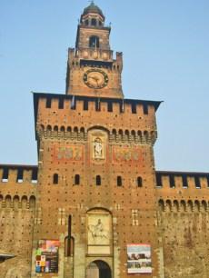 Fachada principal torre reloj Castello Sforzesco Milán