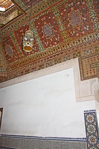 Decoración árabe simetría figuras filigranas lámpara habitación Madrasa Ben Youssef Marrakech