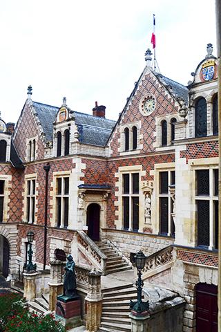 Interior jardín estatua Juana de Arco fachada hotel Groslot Orleans