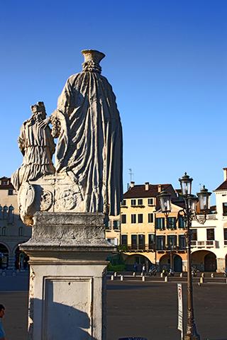 Esculturas espalda cuatro puentes Prato della Valle Padua