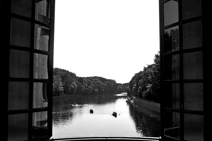 Vistas ventana río Cher barcas remos Castillo à Chenonceau blanco y negro