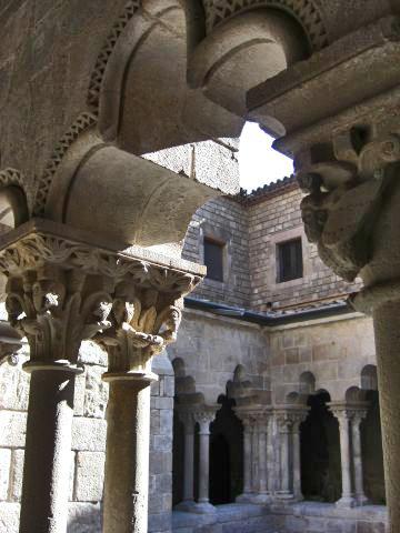 Detalle columnas capiteles claustro Santa Maria del Camp Barcelona