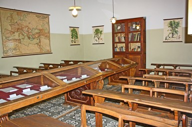 Aula Antonio Machado pupitres madera Instituto antigua universidad Baeza