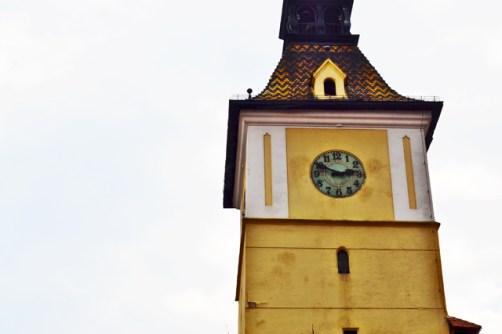 Torre amarilla reloj Brasov Rumanía