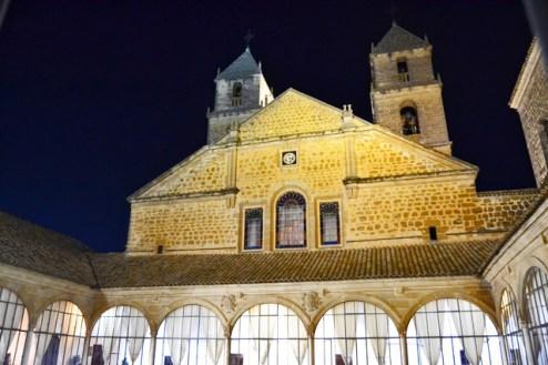 Fachada iluminada ventanales patio interior Hospital Santiago Úbeda Jaén