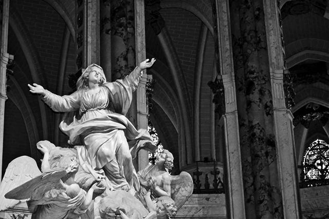 Escultura adoración ángeles Virgen altar Catedral Notre-Dame Chartres blanco y negro