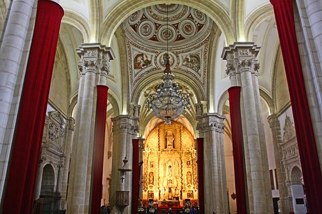 Interior renacentista Catedral Baeza columnas lámpara