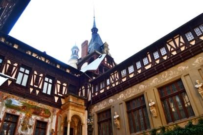 Patio interior decoración madera teca Castillo Peles Rumanía