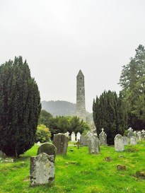 Cementerio celta torre piedras cerca Glendalough Wicklow Irlanda
