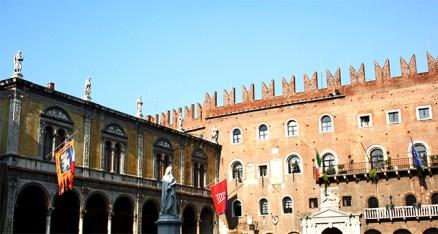Piazza dei Signori escultura Dante Alighieri Palazzo della Ragione Verona