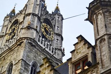 Torre gótica reloj Iglesia San Nicolás Gante Bélgica