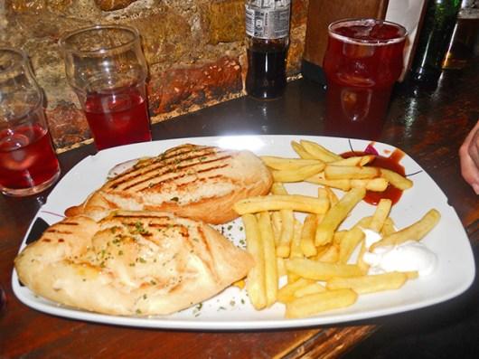 Tapas bocadillos patatas fritas La Antigualla Granada
