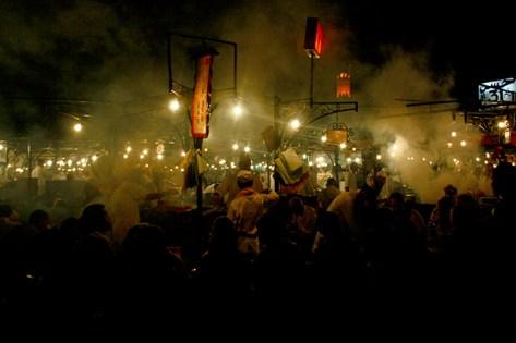 Humo puestos comida noche Plaza de Jamaa el Fna Marrakech