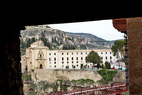 Desde la entrada al Museo Abstracto el Convento de San Pablo y Parador se arrodilla