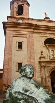 Escultura mujer gorda fachada Iglesia San Sebastián Almería