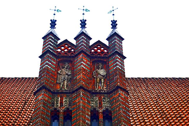 Detalle torre ladrillo rojo relieves piedra tejado centro histórico Hannover