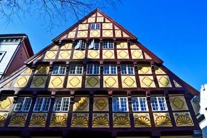 Fachada madera amarilla edificio histórico alemán 1502 Oldenburg