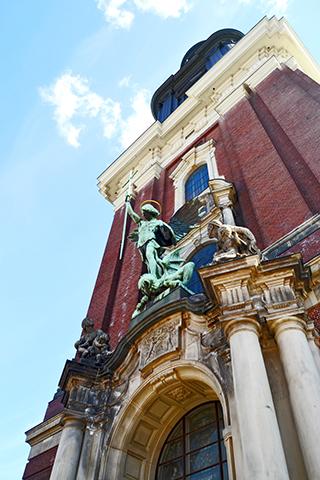 Escultura arcángel San Miguel torre iglesia Hamburgo