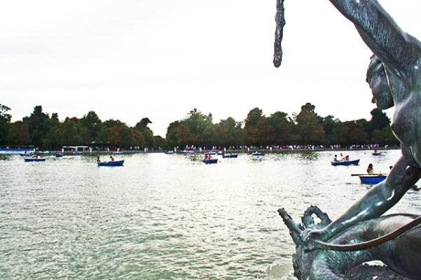 Disfrutando del lago artificial en el Retiro una tarde de sabado