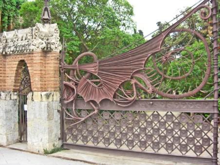 Dragón modernismo Gaudí puerta entrada Finca Güell Barcelona