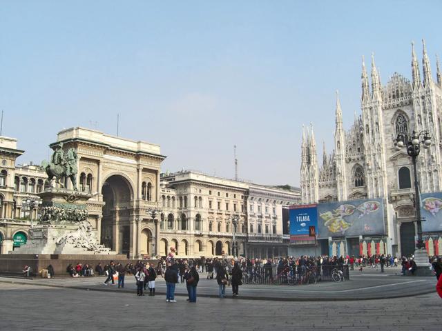 Estatua caballo Garibaldi plaza Duomo Galleria Vittorio Emanuelle II Milán