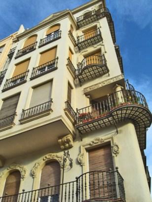 Picado relieves modernistas balcones hierro forjado fachada edificio Explanada España Alicante