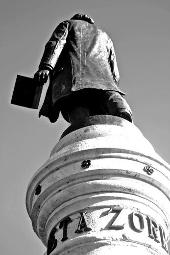 Estatua Poeta José Zorrilla espaldas centro histórico Valladolid blanco y negro